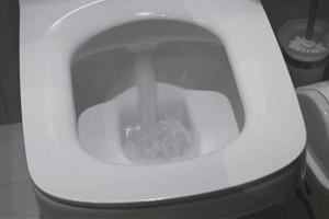 """上完厕所马桶总是冲水没劲?这么调整让马桶立马""""激情澎湃"""""""